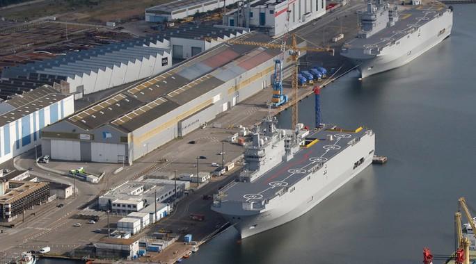 Hai tàu sân bay trực thăng lớp Mistral Sevastopol (dưới) và Vladivostok tại nhà máy đóng tàu STX Les Chantiers de lAtlantique, miền Tây nước Pháp. Ảnh: Reuters