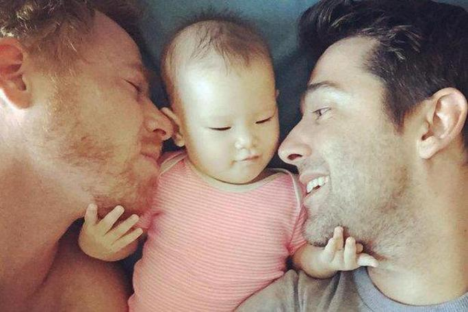 Hai anh Gordon Lake và Manuel Santos Valero cùng con gái nuôi Carmen. Ảnh: The Bangkok Post