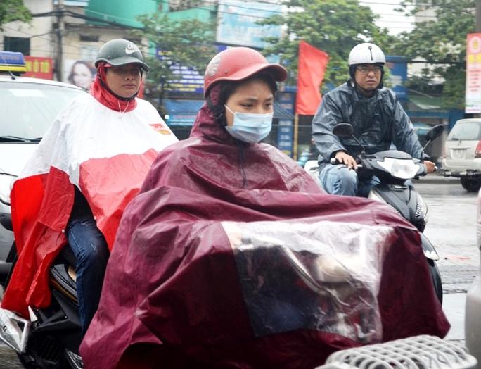 Tại Hà Nội sáng nay ngày 10-10 do ảnh hưởng của không khí lạnh tăng cường và kèm theo mưa nên nền nhiệt độ đột ngột xuống thấp