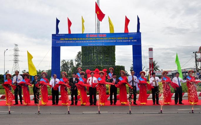 Lãnh đạo Bộ GTVT và lãnh đạo UBND tỉnh Quảng Ngãi cắt băng khánh thành dự án