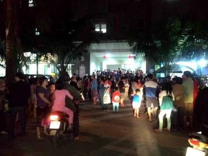 Vụ báo cháy giả tại tòa nhà CT5, khu đô thị Xa La khiến người dân nháo nhác phía sân trước tòa nhà - ảnh: Facebook
