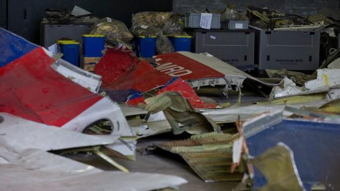 Một số mảnh vỡ của MH17 được phục hồi tại căn cứ không quân Gilze-Rijen. Ảnh: AP