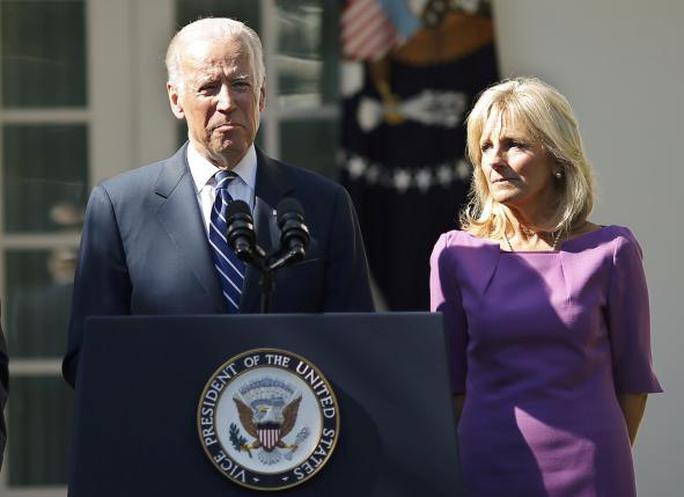 Phó Tổng thống Mỹ Joe Biden và phu nhân tại Vườn Hồng ở Nhà Trắng hôm 21-10. Ảnh: Reuters