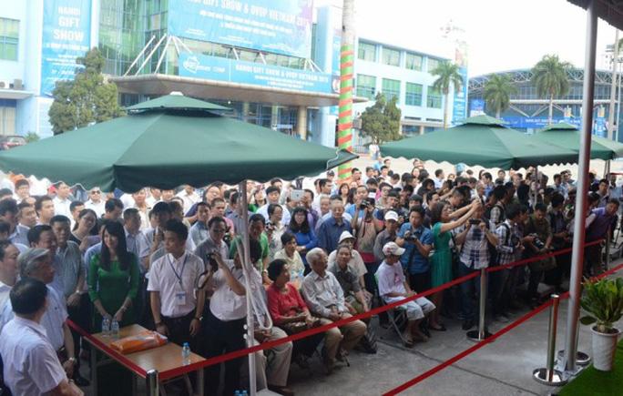Rất nhiều người dân Thủ đô đã đến mục sở thị đoàn tàu sắt trên cao đầu tiên tại Việt Nam