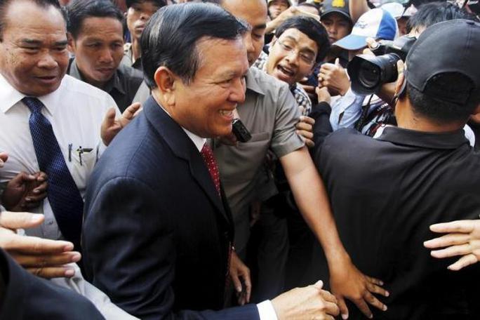 Ông Kem Sokha (giữa) bị cách chức Phó Chủ tịch Quốc hội hôm 30-10. Ảnh: Reuters