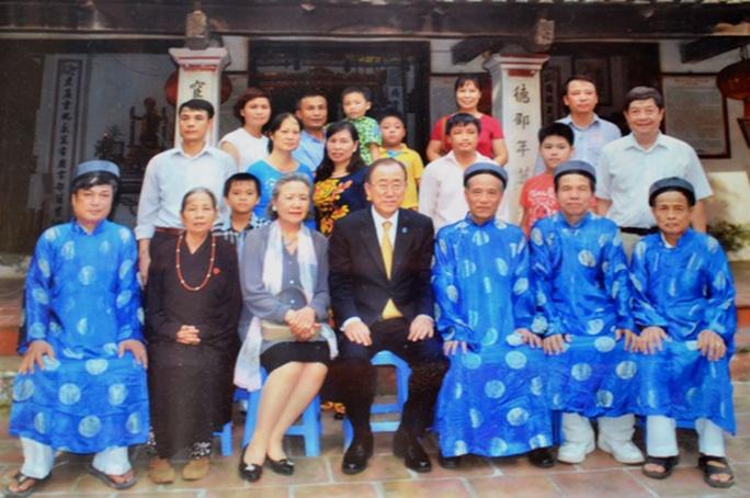 Ông Ban Ki-moon, phu nhân và những người trong đoàn chụp ảnh lưu niệm cùng những người trong dòng họ Phan Huy trước nhà thờ Phan Huy ở Sài Sơn - Ảnh PV chụp lại