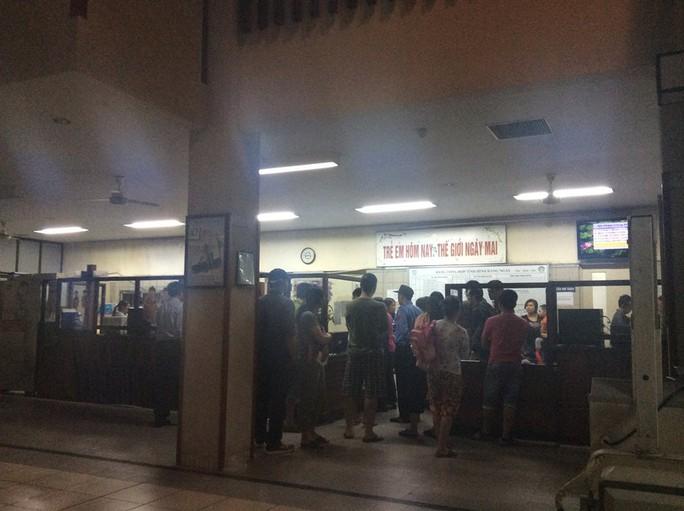 Nhiều phụ huynh bế con chờ đến lượt khám tại Khoa Nhi (BV Bạch Mai) - Ảnh: Nguyễn Hưởng