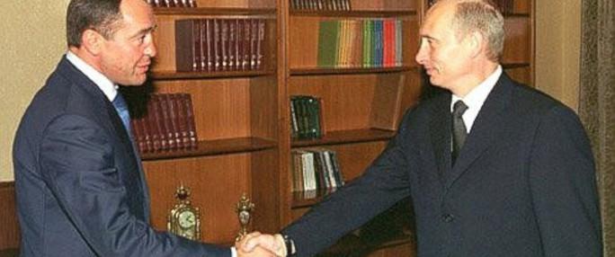 Tổng thống Putin (phải) bắt tay ông Lesinkhi ông đang làm Bộ trưởng Bộ Báo chí và Truyền thông đại chúng Nga. Ảnh: kremlin.ru
