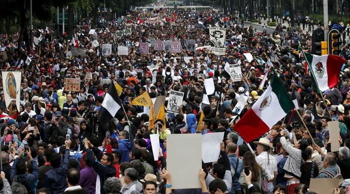 Người biểu tình xuống đường ở Mexico phản đối vụ 43 thực tập sinh bị bắt cóc, hôm 26-9. Ảnh: RT