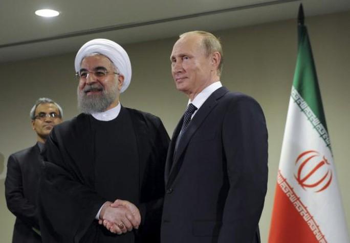 Tổng thống Nga Vladimir Putin (phải) bắt tay người đồng cấp Iran Hassan Rouhani bên lề cuộc họp Đại hội đồng Liên Hiệp Quốc tại New York - Mỹ ngày 28-9. Ảnh: Reuters