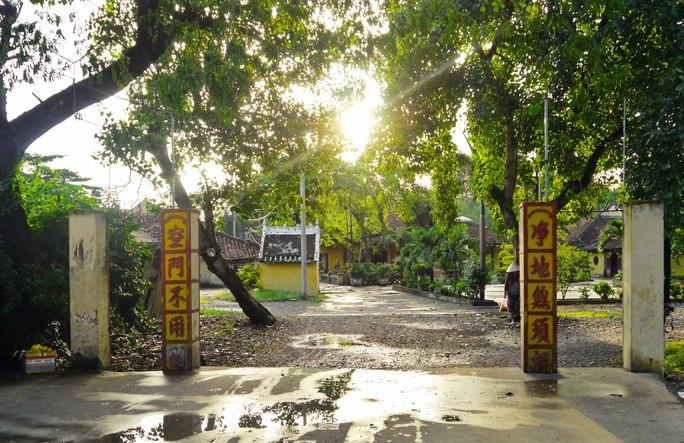 Do việc quản lý xây cất nhà cửa của địa phương không chặt chẽ nên khuôn viên chùa bị lấn chiếm