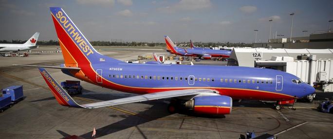 Máy bay của Southwest Airlines đậu tại sân bay TP Los Angeles hôm 22-11. Ảnh: Reuters