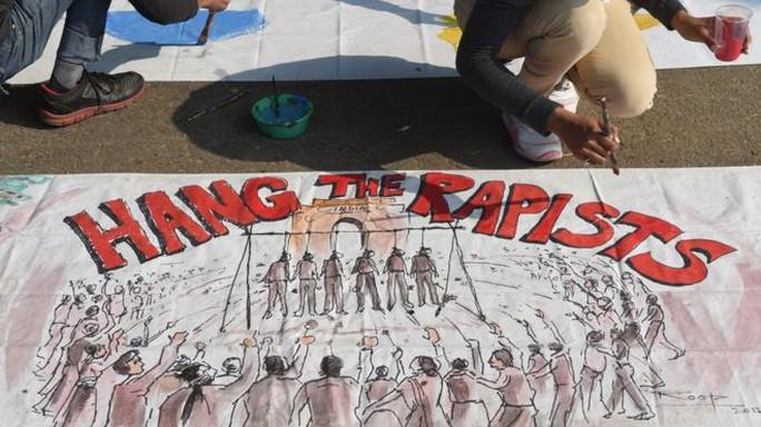 Người dân Ấn Độ phản đối nạn hiếp dâm. Ảnh: BBC