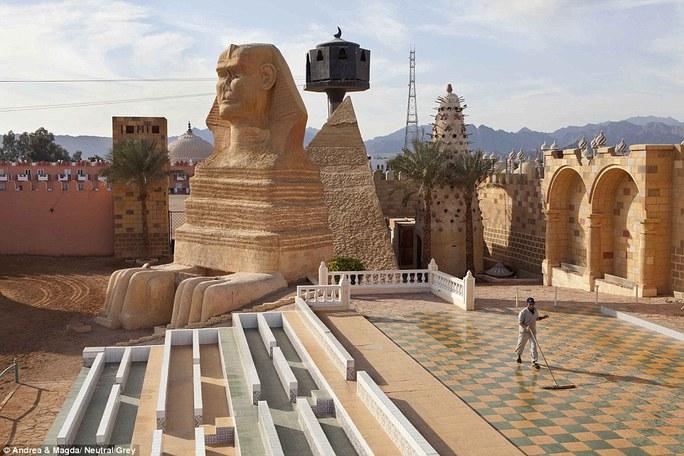 Nơi trình diễn âm thanh và ánh sáng tại khu nghỉ dưỡng Sharm el Sheikh trống trơn