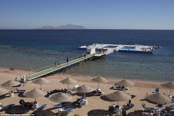 Một hồ bơi nhân tạo ở Sharm El Sheikh chỉ lác đác vài người tới tham quan