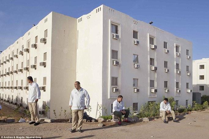 Nhân viên khách sạn ở Sharm El Sheikh chờ bắt xe buýt đến nơi làm việc