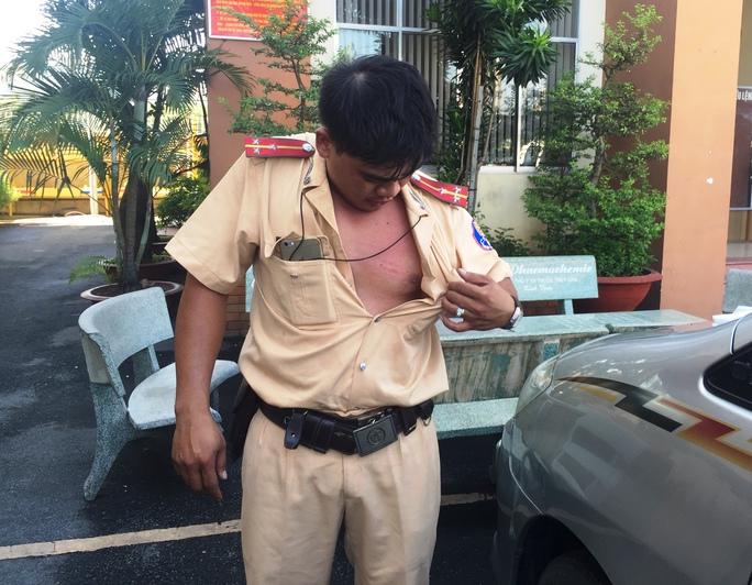 Thượng úy Võ Văn Thoại - người bị tài xế đạp văng từ trên xe tải xuống đất