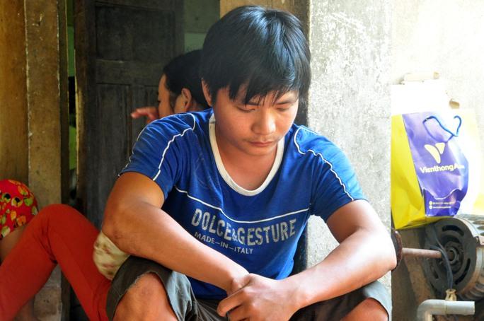 Anh Trương Đình Huynh (con trai cả của ngư dân Trương Đình Bảy) ngồi ủ dột khi hay tin cha bị bắn