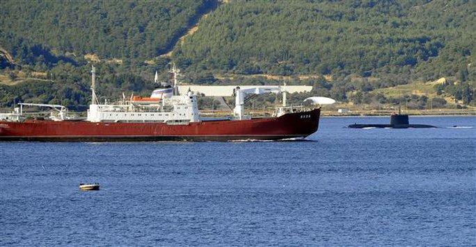 Tàu hải quân Nga qua eo biển Dardenelles hôm 30-11. Ảnh: AA