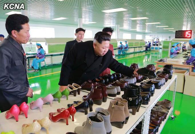 Ông Kim Jong-un trong một lần thăm nhà máy đóng giày ở TP Wonsan. Ảnh: KCNA