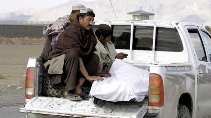 Các nạn nhân được chuyển tới bệnh viện. Ảnh: AP
