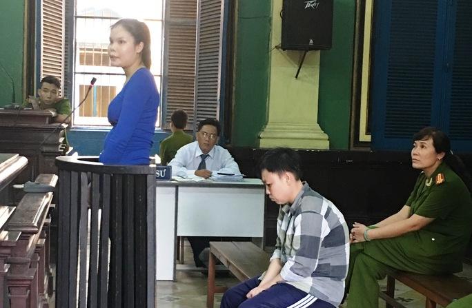 Nguyễn Thị Lượm (đứng) và Nguyễn Thị Minh Tâm trước vành móng ngựa