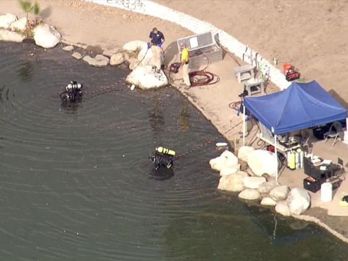 Đội thợ lặn của FBI tìm kiếm ở hồ Seccombe. Ảnh: KABC