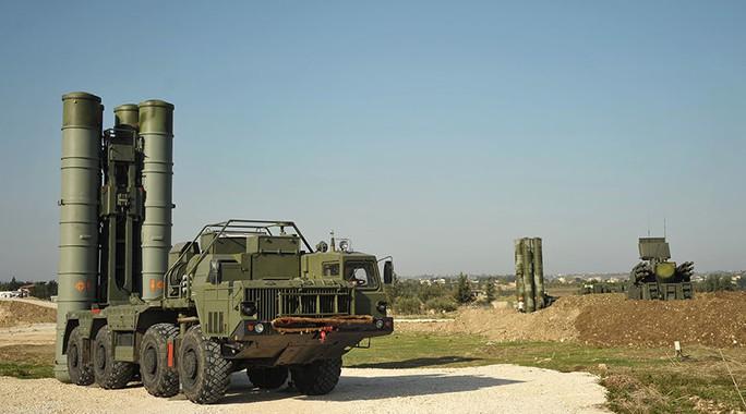 Tên lửa S-400 của Nga được vận chuyển tới căn cứ không quân Hmeymim để chuẩn bị chiến dịch không kích ở Syria. Ảnh: Sputnik