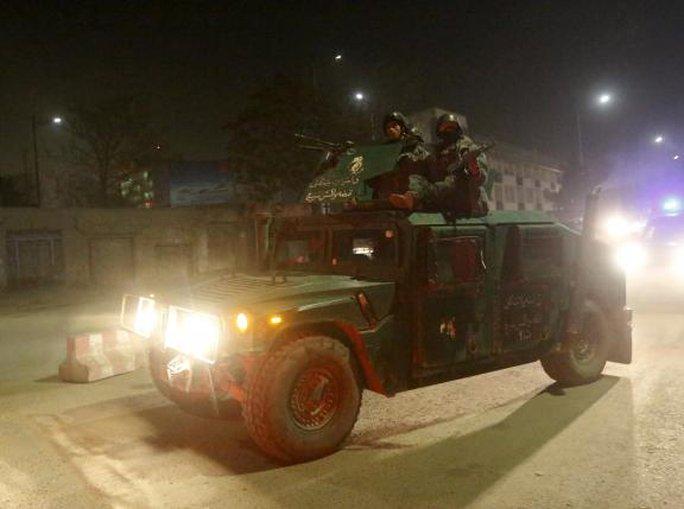 Lực lượng an ninh Afghanistan được điều tới hiện trường Đại sứ quán Tây Ban Nha ở Kabul tối 11-12. Ảnh: Reuters
