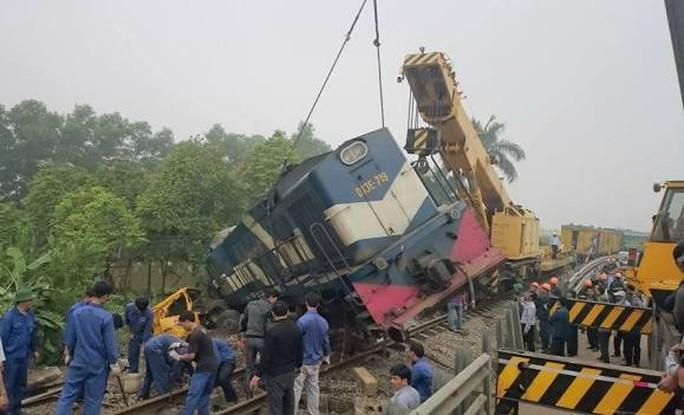 Hiện trường vụ tai nạn đường sắt nghiêm trọng khiến đầu tàu hỏa bật khỏi đường ray