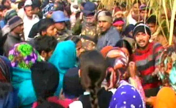 Người dân Aligarh tức giận sau vụ thiếu nữ 17 tuổi bị cưỡng hiếp và bị giết dã man. Ảnh: NDTV