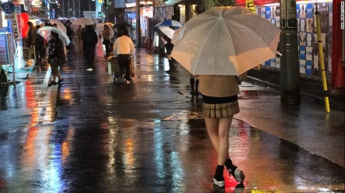 """Các nữ sinh chờ đợi """"khách hàng café"""" ở thủ đô Tokyo. Ảnh: CNN"""