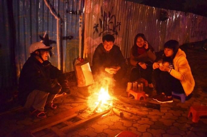 Nhiệt độ xuống thấp, ban đêm nhiều người dân Hà Nội đốt lửa xua đi cái lạnh cắt da, cắt thịt