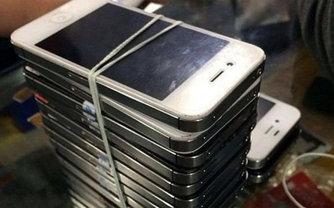 iPhone cũ được buộc chồng đống tại chợ Hoa Cương Bắc, Thâm Quyến: Nguồn: Telegraph