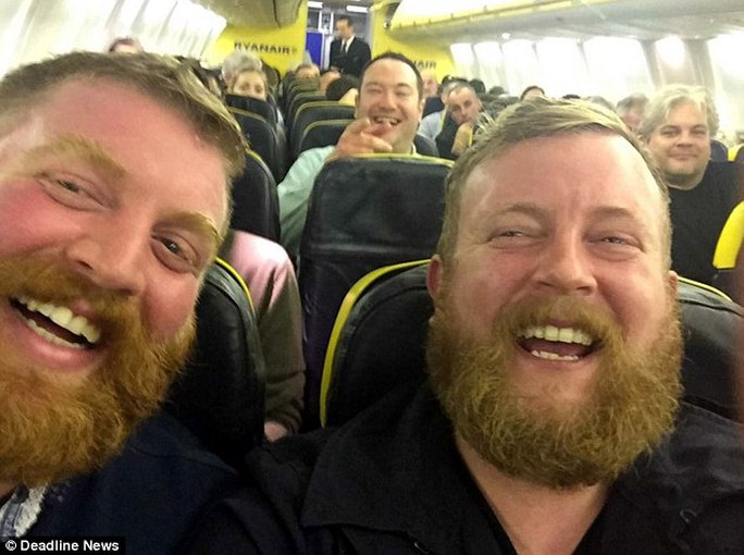 Bạn bè của hai người khi nhìn bức ảnh này cũng không thể nhận ra ai là Neil Douglas, ai là Stirling. Ảnh: Dealine News