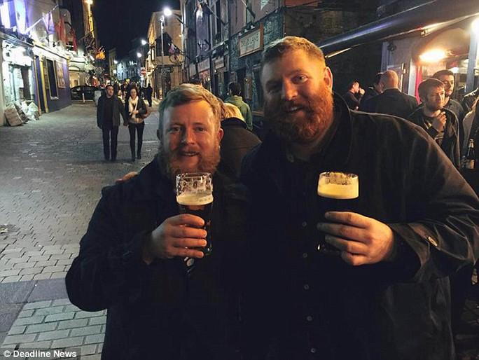 2 người cùng đi uống bia sau khi phát hiện họ còn tình cờ ở chung khách sạn. Ảnh: Deadline News