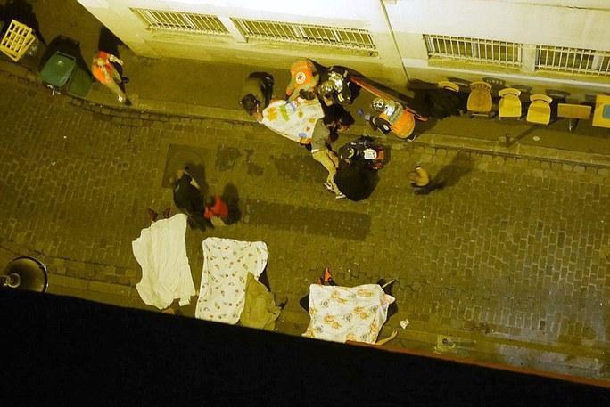 Thi thể các nạn nhân trên đường phố sau vụ khủng bố kinh hoàng chưa từng thấy tại Paris. Ảnh: Daily Mail