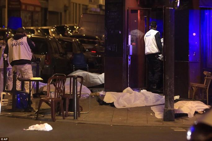 Thủ đô nước Pháp nín lặng trước vụ việc xảy ra quá bất ngờ và tàn nhẫn. Ảnh: AP