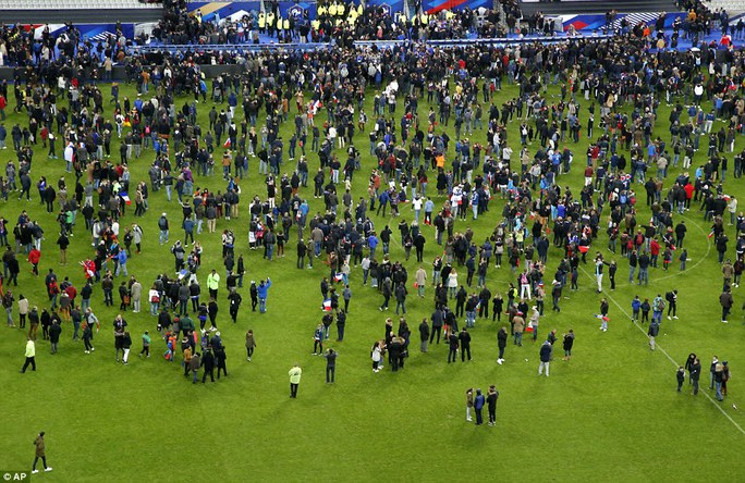 Khán giả tại sân vận động Stade de Franceùa xuống sân sau khi hay tin khủng bố. Ảnh: AP