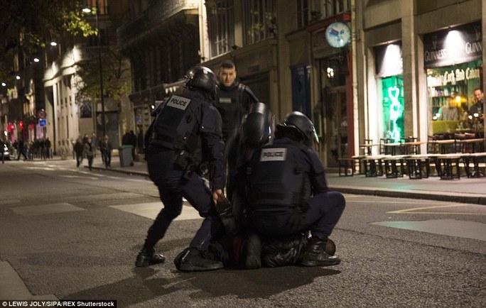 Cánh sát bắt giữ một người trên đường phố Paris trong đêm khủng bố. Ảnh: Daily Mail