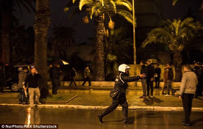 Cảnh sát phong tỏa khu vực gần hiện trường vụ nổ bom. Ảnh: Nur Photo/REX Shutterstock