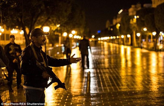 Cảnh sát được triển khai trên đường phố. Ảnh: Nur Photo/REX Shutterstock