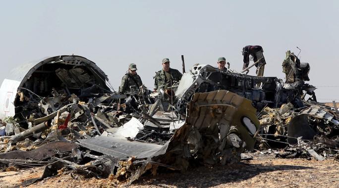 Giới chức điều tra quân sự Nga được huy động để tìm lời giải cho vụ máy bay rơi ở Sinai. Ảnh: Reuters