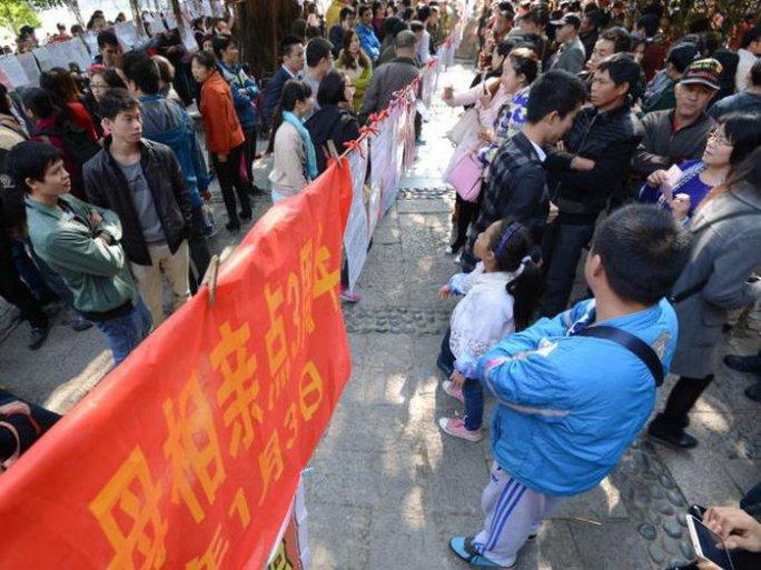 Những người đàn ông nông thôn Trung Quốc đang cùng cha mẹ đến xem quảng cáo môi giới hôn nhân ở Nam Kinh - Ảnh: news.com.au