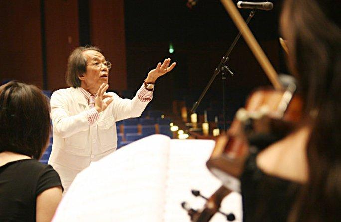 Nhạc sĩ Nguyễn Thiên Đạo chỉ huy dàn nhạc - Ảnh: Nguyễn Đình Toán