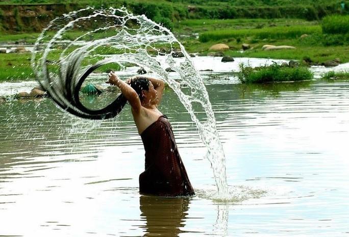 Hình ảnh người phụ nữ Thái gội đầu bên bờ suối - Ảnh: Sưu tầm