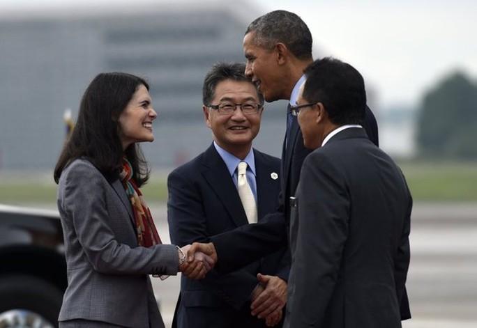 Tổng thống Mỹ Barack Obama bắt tay Đại sứ Mỹ tại ASEAN Nina Hachigian sau khi tới Căn cứu không quân Subang tại Kuala Lumpur, Malaysia hôm 20-11-2015. Ảnh: AP