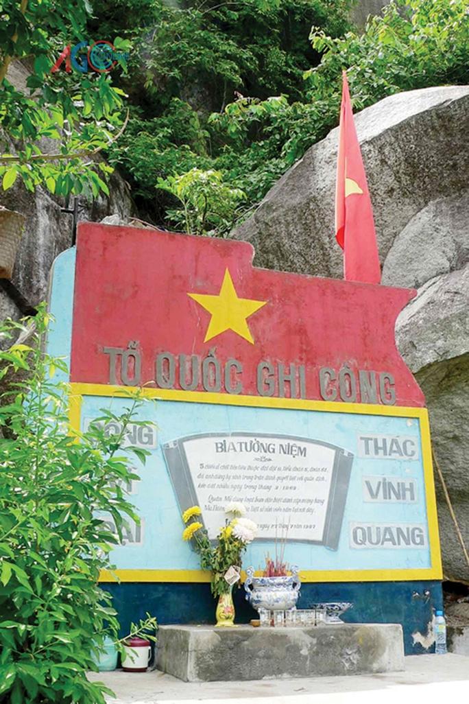 Bia tưởng niệm trên đồi Ma Thiên Lãnh