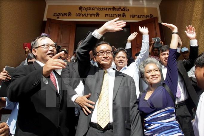 Chủ tịch CNRP Sam Rainsy (giữa) tới tòa án ở Phnom Penh ngày 14-1. Ảnh: THX/TTXVN