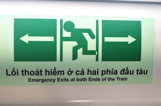 Bảng hiệu chỉ dẫn lối thoát hiểm trên tàu